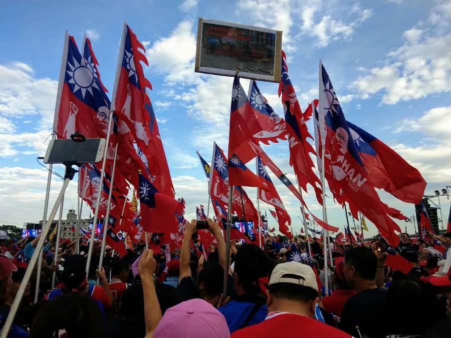 韓國瑜由大旗隊引領進場,氣勢宏偉壯觀。(范振和攝)
