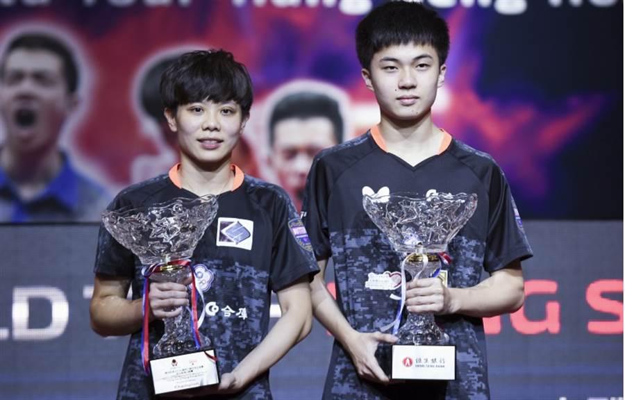 台灣混雙鄭怡靜(左)、林昀儒在香港桌球公開賽攜手奪冠。(新華社)