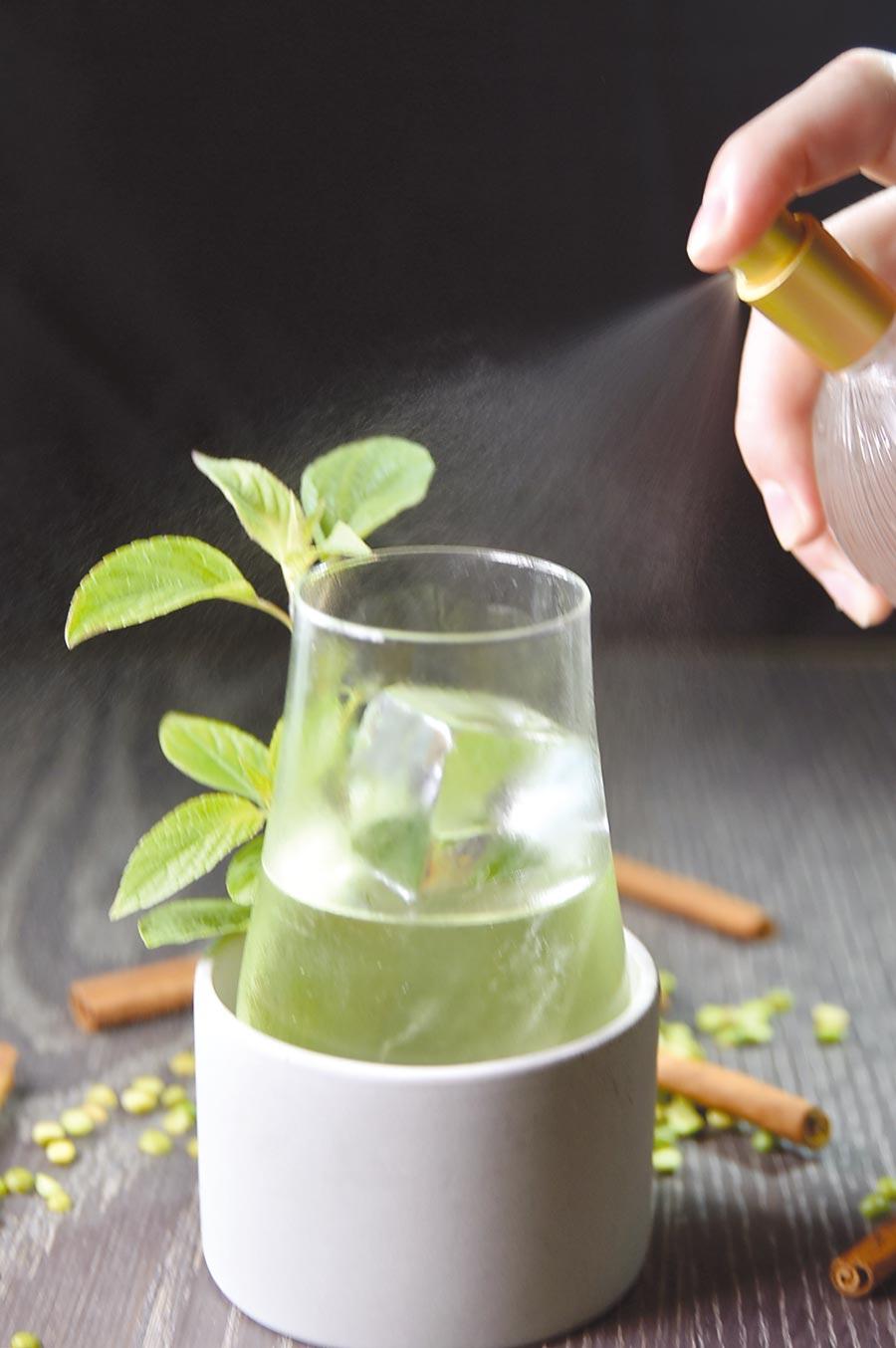 在〈Saffron 46〉可以世界调酒冠军Aki Wang调制的各式调酒佐餐,图中用白肖楠葡萄酒作的调酒还另外用萃取液添香。图/姚舜
