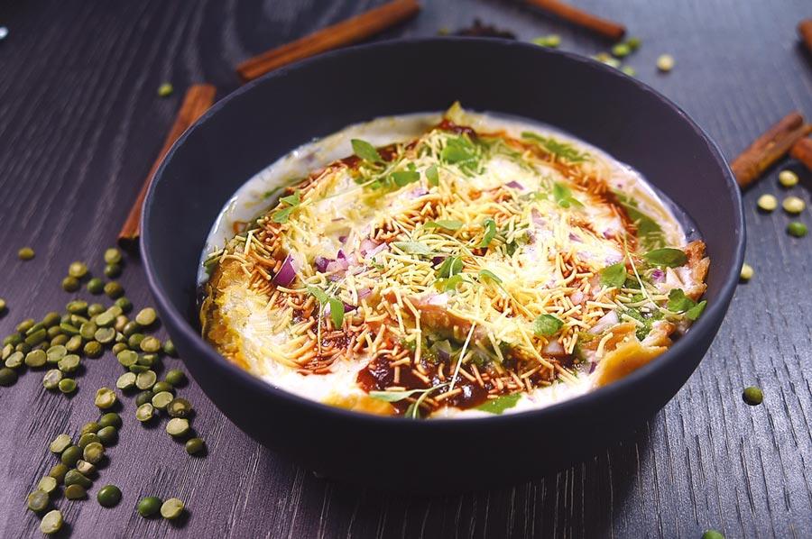 〈Chandni Chowk Chat香料优格多重奏〉是在优格中「埋伏」了北印最受欢迎的点心〈酥炸Samosa饺子〉,优格用了黑盐、小茴香调味,饺内则是马铃薯泥、青豆与香菜,呈盘时再用罗望子酱、Sev饼干碎、红葱、Masala综合香料与香菜苗搭配,冷热交互激荡,是非常值得推荐的美味菜肴。图/姚舜