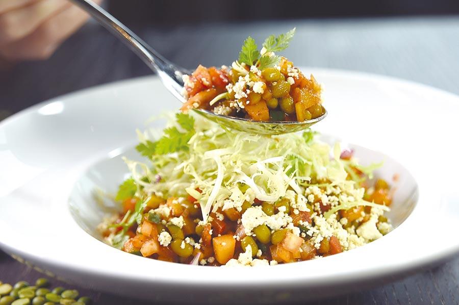 〈科钦沙拉〉内有绿豆、小黄瓜、番茄、洋葱、马铃薯、绿捲须沙拉,以及自制带乳香的Panner乳酪,再佐以带点微酸的罗望子与chat Masala综合热感香料调和为浓稠的沙拉酱共拌,绿豆、洋芋松口、洋葱和小黄的清脆,罗望子酸香,是夏季开胃的沙拉。图/姚舜