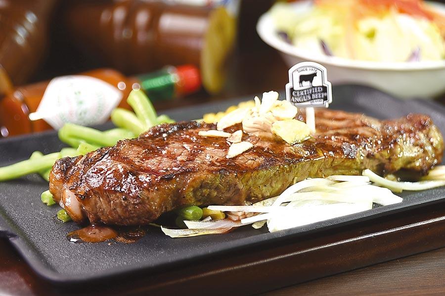 〈Ikinari Steak〉的〈紐約客牛排〉,200公克只要430元且午餐並附沙拉、湯和白飯。圖/姚舜