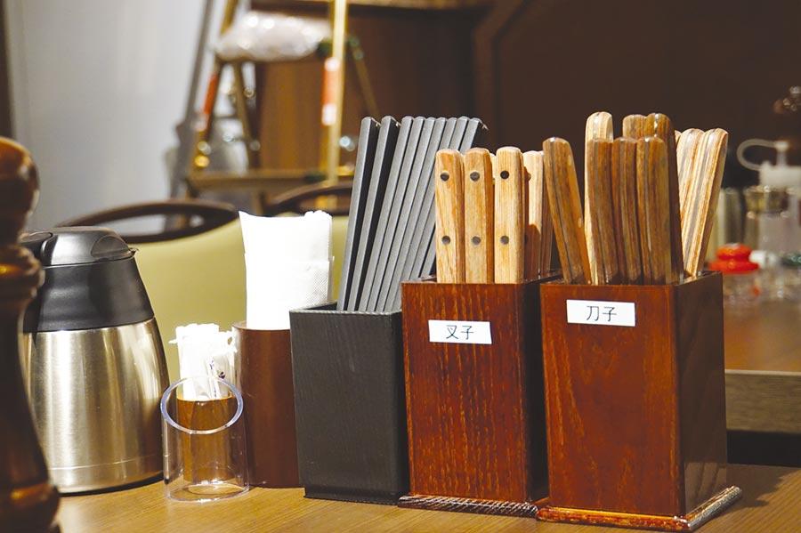 除了刀子、叉子外,〈Ikinari Steak〉的桌上並提供筷子,讓客人用自己最喜歡的方式享用牛排。圖/姚舜