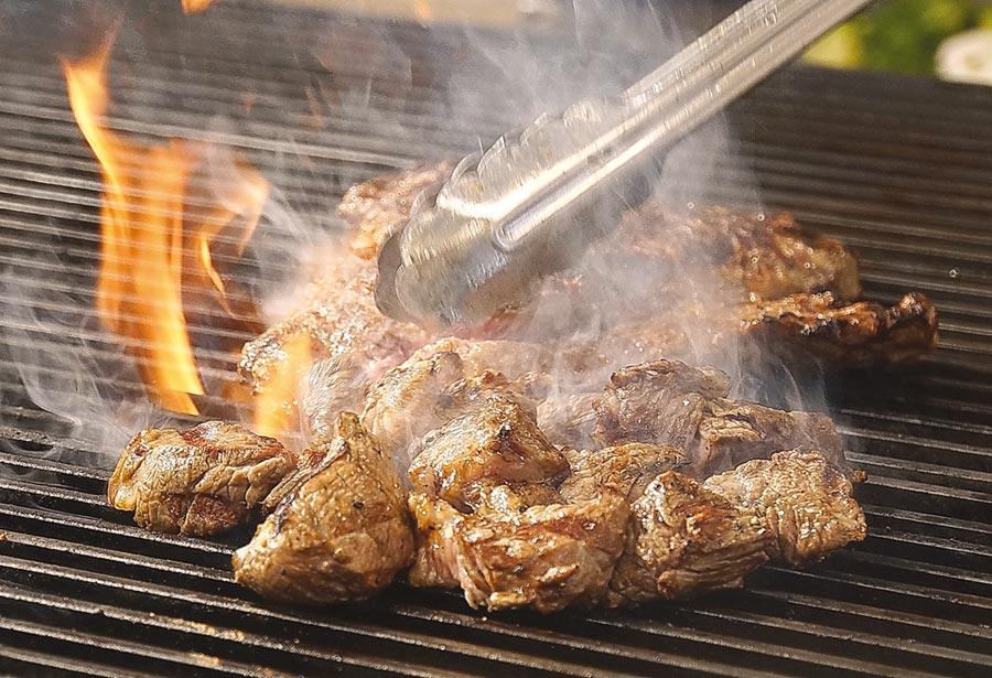 日本最大平價連鎖牛排〈Ikinari Steak〉來台展店,標榜所有牛排都是採用美國CAB認證安格斯牛,並用直火炙烤。圖/姚舜