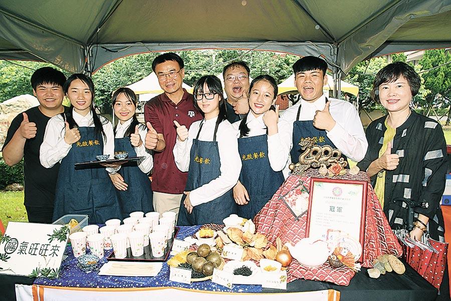 農委會主委陳吉仲(左四)與創意茶飲調製競賽冠軍隊伍合影。圖/業者提供