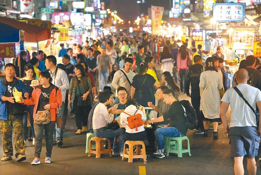 韓流加持,高雄觀光旅遊產業蓬勃發展,旅遊、飯店等高雄概念股表現佳。圖為高雄夜市人潮滾滾。   (本報資料照片)
