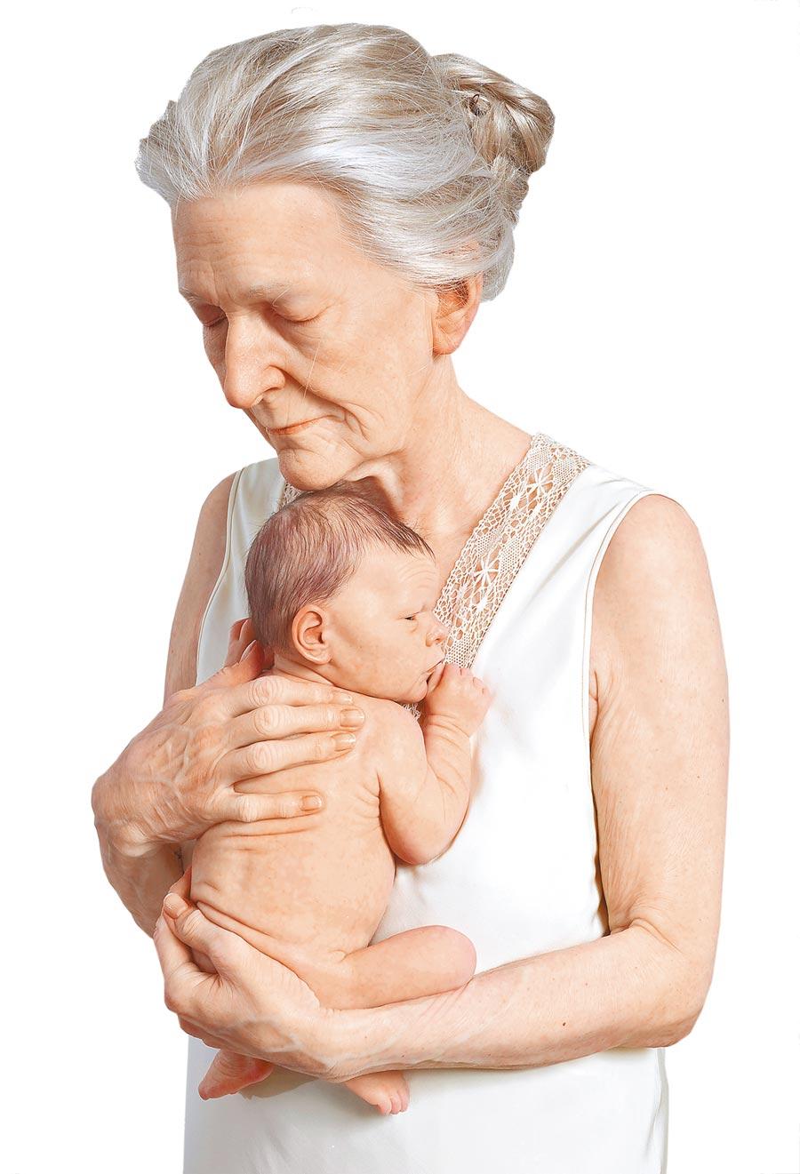 山姆.詹克斯作品《老婦溫暖地懷抱嬰兒》。圖片提供/時藝多媒體