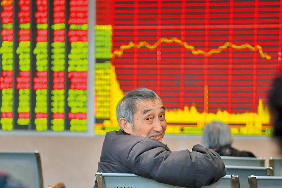 成都某證券營業部的股民在關注大盤。(中新社資料照片)