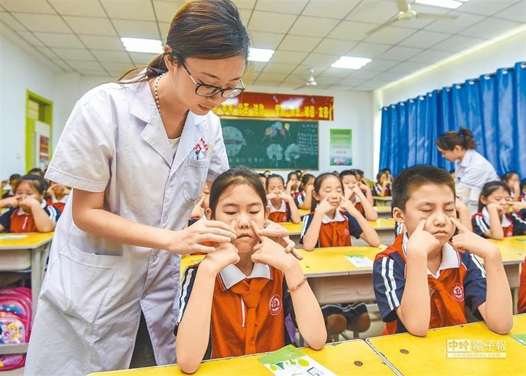 廊坊市廣陽區眼科醫院的醫生在指導孩子們做眼保健操。(資料照/新華社)