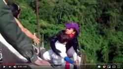 10歲兒緊抓欄杆哭喊媽媽不要 母擁他跳橋雙亡