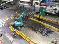 高雄三民區鼎中、大中路口 不慎挖破天然氣管線