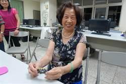昔站教室外等弟放學 81歲阿嬤今為自己上學