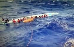 龍舟橫渡蘭嶼翻覆 海巡艇及時救起17人