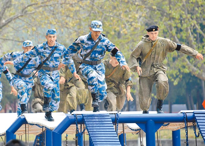 4月30日,中俄海軍陸戰隊員參加400米障礙賽。(新華社)