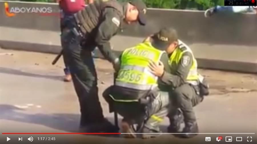 勸阻10多分鐘失敗的警察,看到這幕也忍不住相擁崩潰痛哭 (圖/影片截圖)