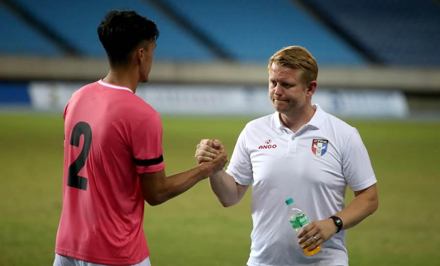 中華隊總教練蘭卡斯特(右)賽後與球員握手致意。(李弘斌攝)