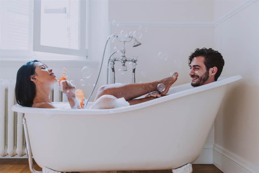 已婚男女同事宿舍偷情,從浴室戰到床上。(達志影像/shutterstock提供)