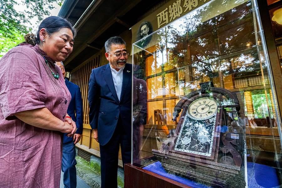 西鄉菊次郎的曾孫女諫山尚子(左一)、孫子西鄉隆文(左二)今天出席捐贈儀式,有百年歷史的掛鐘將在展出後由宜蘭縣史館典藏。(李忠一攝)