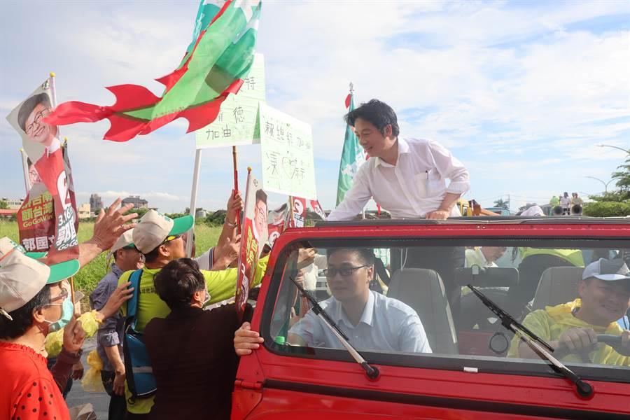 賴清德「壯大台灣車隊遊行」下午4點車隊行經善化,近200名鄉親冒雨等候,並大喊總統好。(劉秀芬攝)