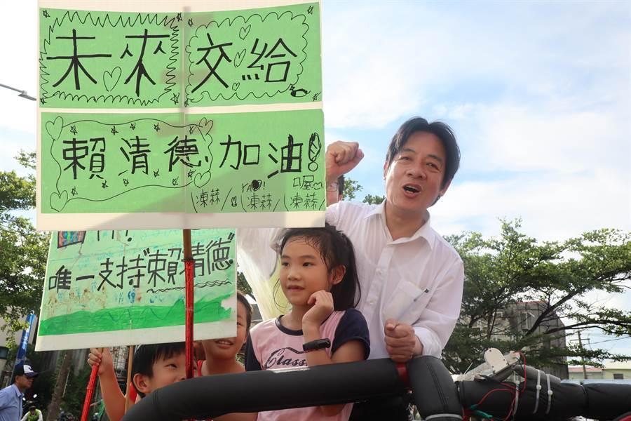 賴清德「壯大台灣車隊遊行」下午4點車隊行經善化,並與支持者親切合影。(劉秀芬攝)