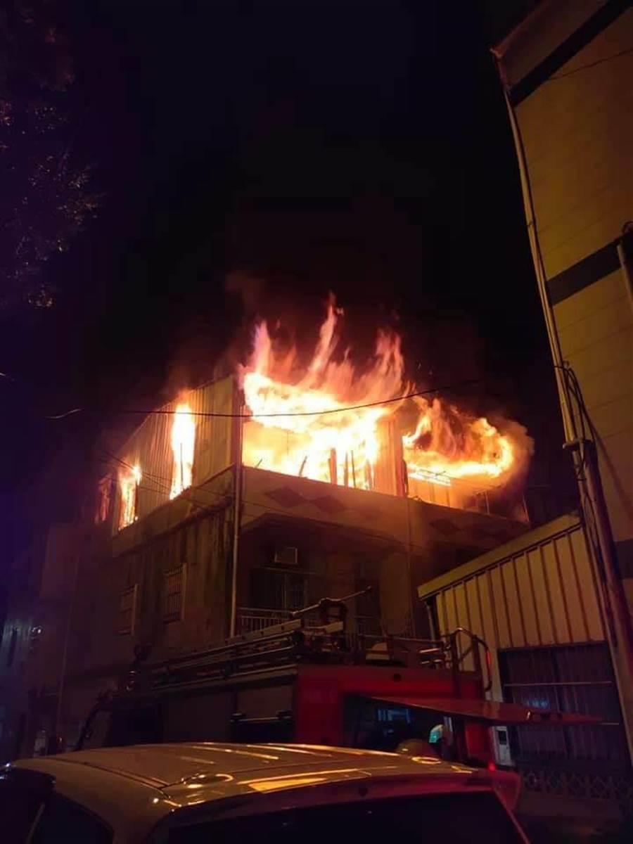 日前發生在頭屋鄉的民宅火警嚴重波及隔壁住家。(何冠嫻翻攝)