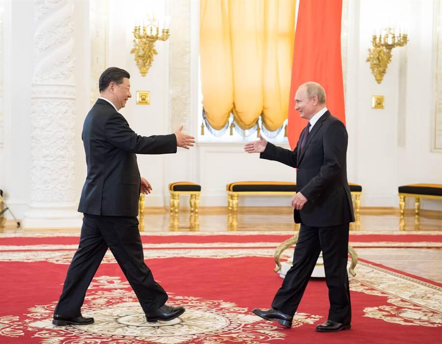 正在美中貿易戰陷入僵持之際,習近平前往俄羅斯訪問,受到普丁的熱情接待。(圖/新華社)