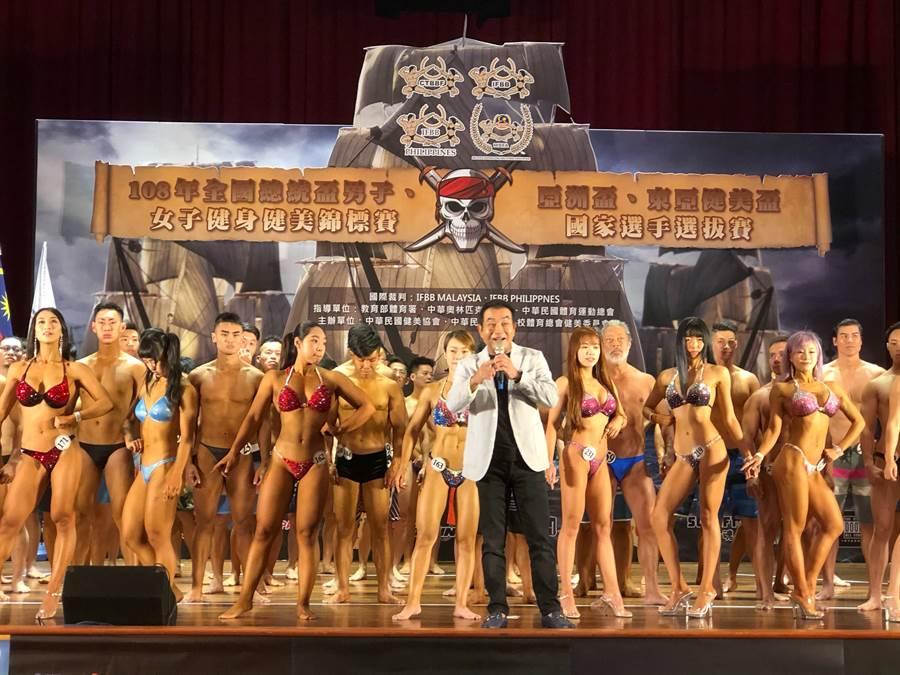 108年全國總統盃男子、女子健身健美錦標賽暨亞洲盃、東亞健美盃國家選手選拔賽登場,中華民國健美協會理事長許安進致詞。(中華民國健美協會提供)