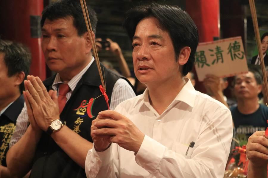 前行政院長賴清德發起「壯大台灣」車隊遊行9日最終站到嘉義縣新港奉天宮參拜,在戰車上占超過10小時的他面露疲態。(張亦惠攝)