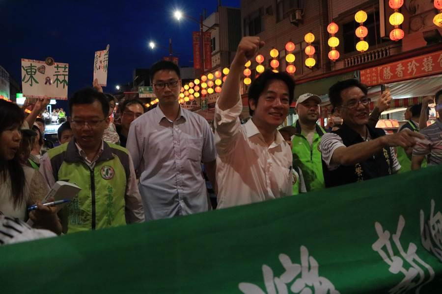 前行政院長賴清德發起「壯大台灣」車隊遊行,到嘉義縣新港奉天宮時受到民眾熱烈歡迎。(張亦惠攝)