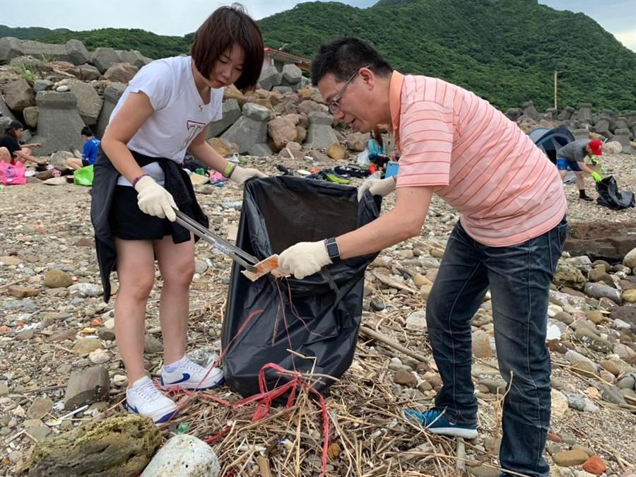 國民黨立委林麗蟬(左)與海洋大學教授謝立功(右)進行淨灘活動。(林麗蟬辦公室提供)