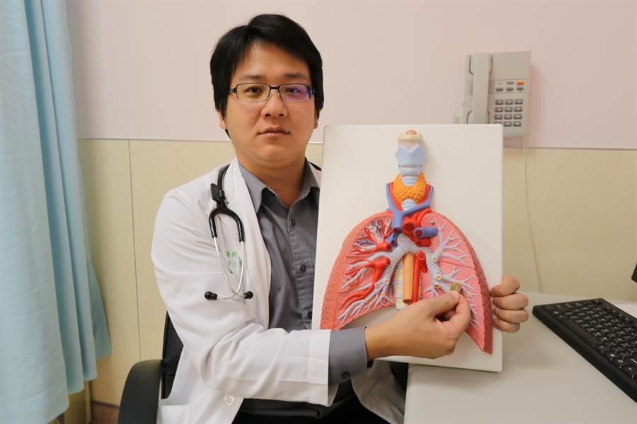 一名婦人覺得脖子卡卡就醫,進一步檢測發現左下肺葉有2公分陰影,再經電腦斷層切片和細針抽吸,確診為肺腺癌4期。(資料照 林欣儀攝)