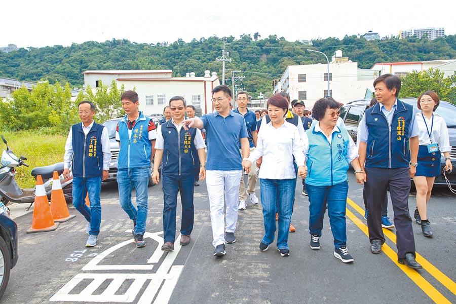 11-11號道路8日完工通車,市長盧秀燕(右三)、立委江啟臣(左四)等人當場走了一小段路。(陳淑娥攝)