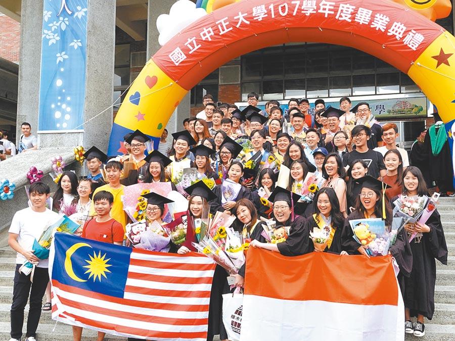 中正大學畢業典禮場外,一群來自馬來西亞和印尼的學生興奮拿起自家國旗合影留念,大喊「我們畢業了!謝謝台灣!」。(中正大學提供)