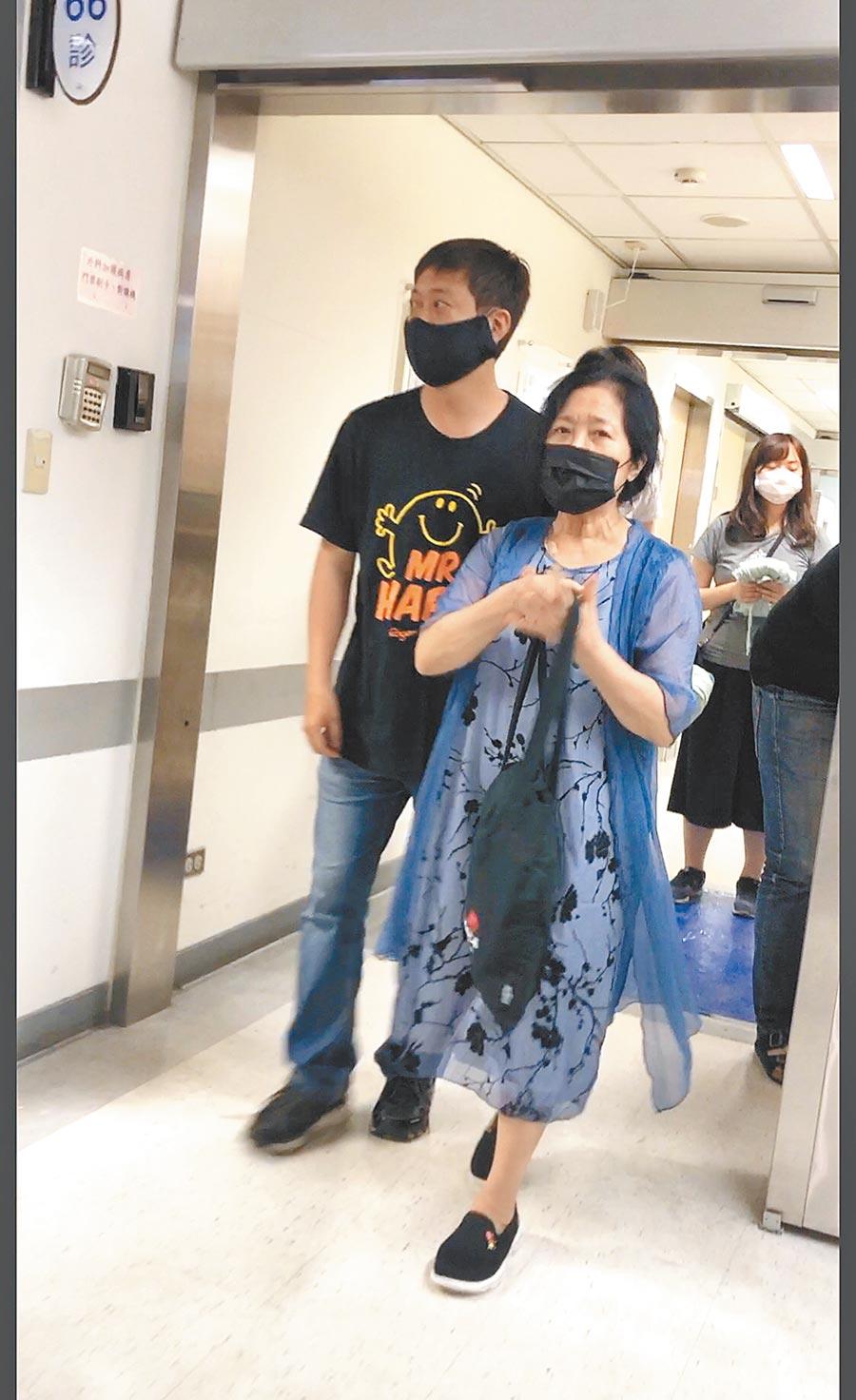 黃士庭(左)昨午攙扶著沛小嵐離開加護病房,但沛小嵐昨晚未現身醫院。