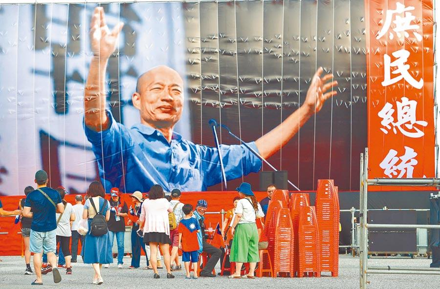 花蓮造勢大會的主舞台上,韓國瑜大照片一布置,大批民眾爭相留影。(本報系記者季志翔攝)