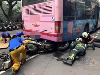 重機追撞公車卡車底 騎士幸無礙