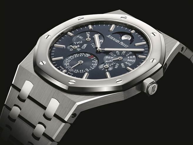 愛彼表創下世上最薄萬年曆紀錄的皇家橡樹超薄萬年曆自動上鍊腕表,厚度僅6.3mm。(Audemars Piguet提供)