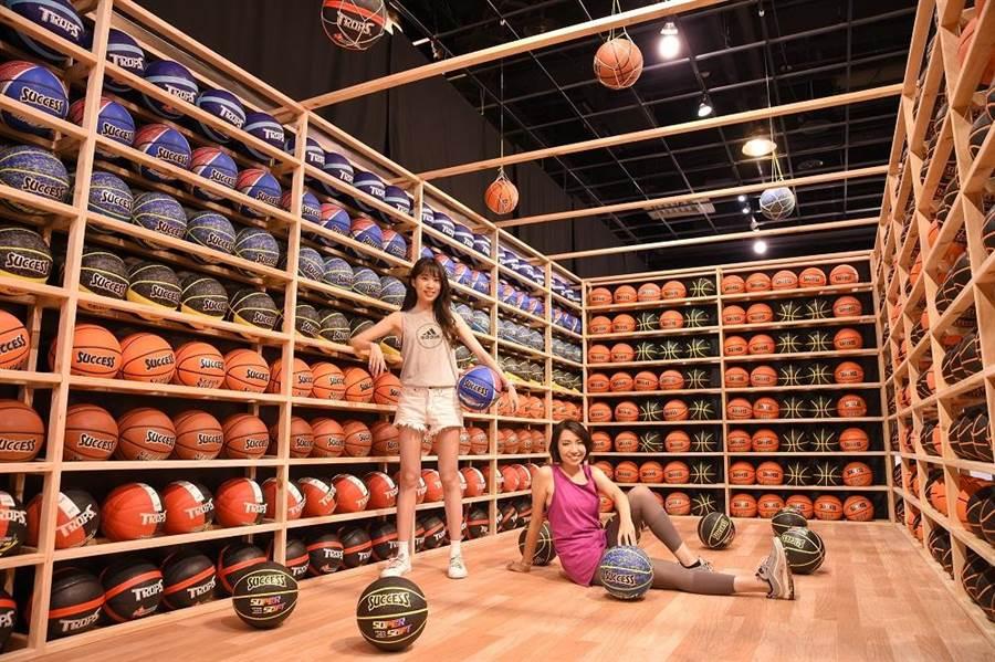 夢時代現正舉辦成功體育文具60周年展,超過500顆籃球排列的「繽紛籃球場」十分壯觀。(業者提供)