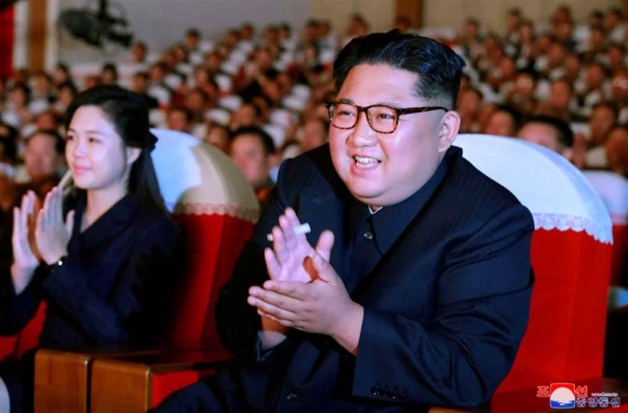 英國媒體報導,北韓最高領導人金正恩近日又處決一名將軍,處決方式竟進化到以食人魚餵食,據傳是模仿1977年007電影《海底城》。圖為金正恩3日觀賞高官妻子藝術表演時的畫面。(圖/路透社、朝中社)