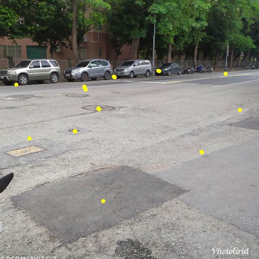 有網友說「真的無法想像,你們以前的路有多爛」,有人貼上一張滿是大小補丁的道路照片回應。(李四川後援會)