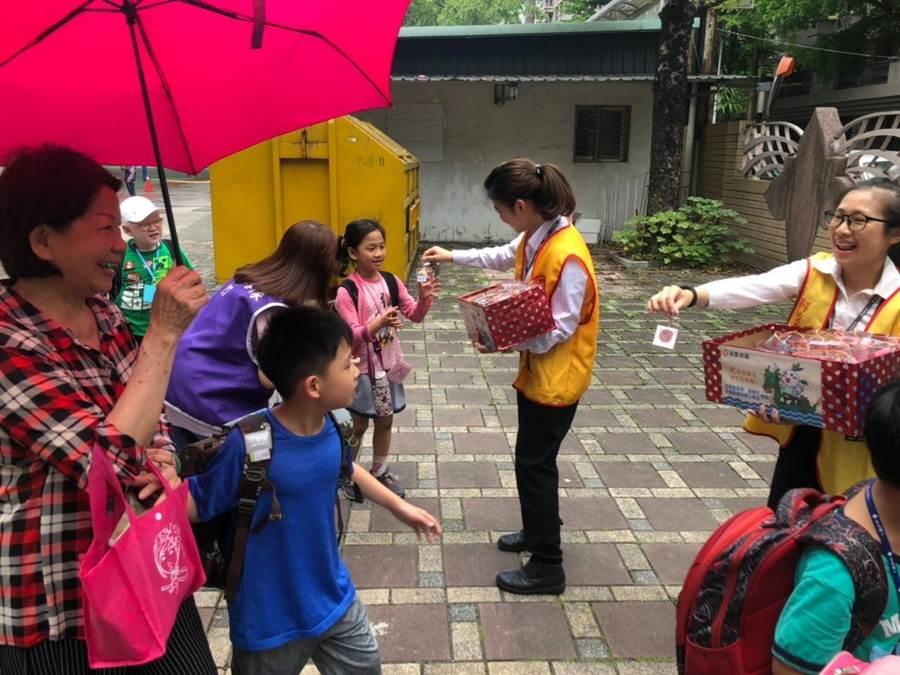 迎接端午,大人與小朋友拿到香包都非常開心。