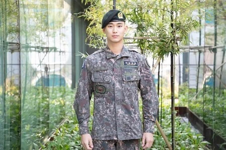 經紀公司為了等待金秀賢已久的粉絲們,特別釋出他的軍裝照,希望粉絲們再等他一下。(圖/翻攝自韓網)