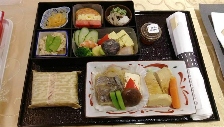 台日線六成的旅客會選日式餐點。圖:張佩芬