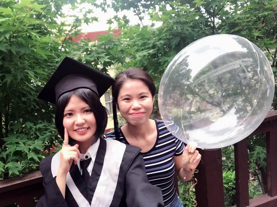 阮玉昕(右)為龍華科大應外系國際觀光與會展碩士生,希望累積更多經驗,讓人生不留白。(賴佑維翻攝)