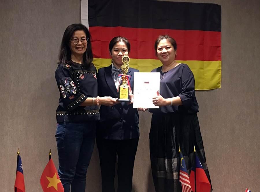 龍華科大鍾涓涓老師(左)指導應外系碩士生阮玉昕,以優異的滿分成績,榮獲國際組金牌。(賴佑維翻攝)