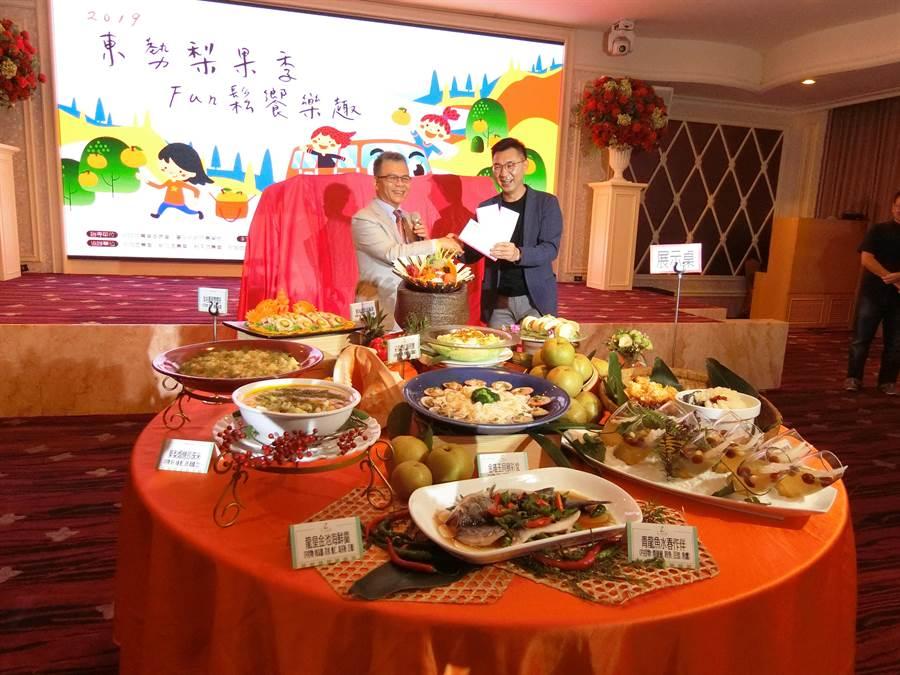 立委江啟臣(右)歡迎各地遊客來台中作客,享受山城地方特色遊程、採果等體驗活動。(盧金足攝)