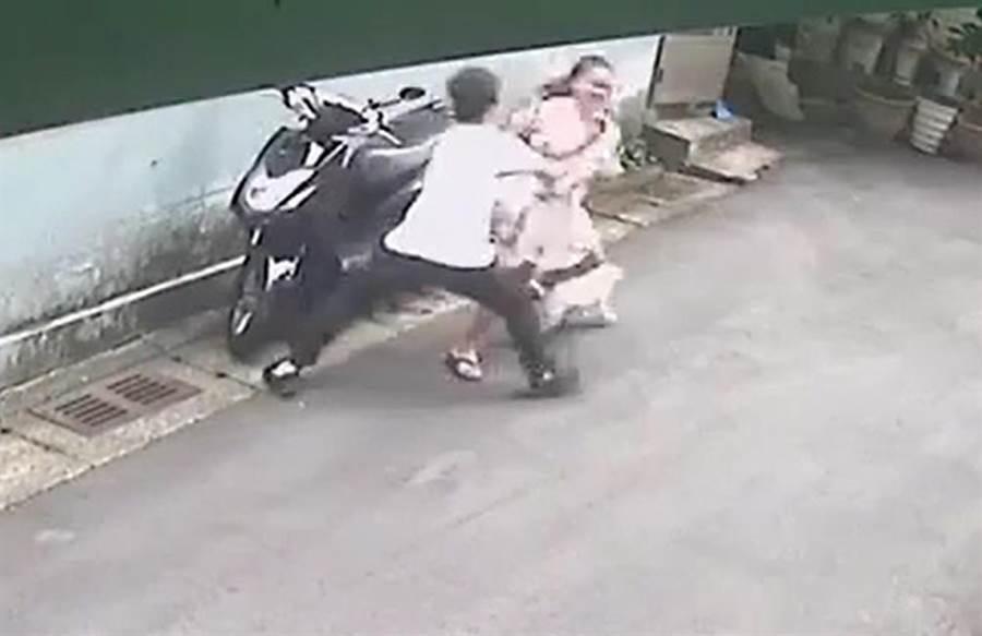 一名婦人6日下午5時許,在中和區景新街96巷當街遭襲胸。(葉書宏翻攝)