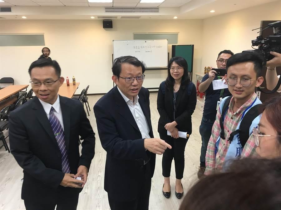 勞動部次長林明裕(左1)表示,長榮航空勞資同意20日展開正式協商。(游昇俯攝)