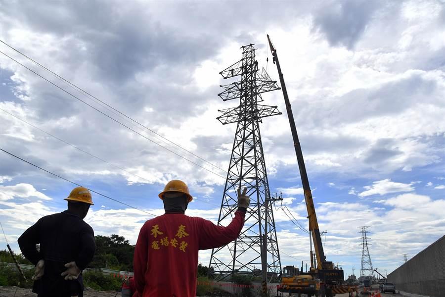 配合太平溪路堤共構工程,鄰近市區的5座高壓電塔正進行拆除作業。(莊哲權攝)