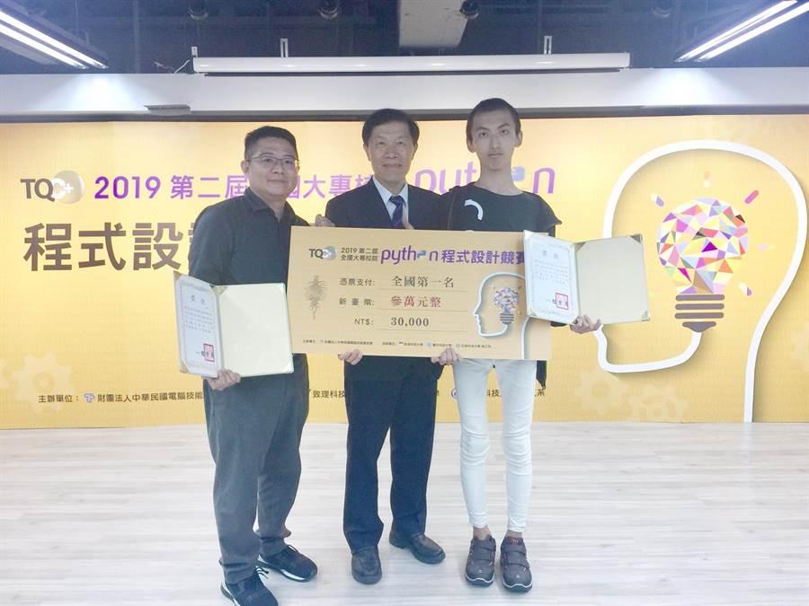 全國大專校院Python程式設計賽,僑光科大學生李致丞(右1)勇奪第一名。(陳淑芬翻攝)